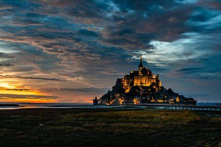 Photo pour Dramatic sunset on Mont Saint Michel, France - image libre de droit