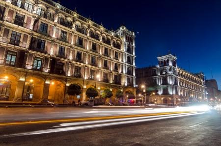 Foto de Night time view of Mexico City buildings surround the Zocalo - Imagen libre de derechos