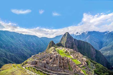 Foto de View of Machu Picchu, Peru with Wayna Picchu rising in the background - Imagen libre de derechos