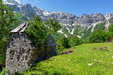 Foto de Old stone building in the village of Valbona in the Albanian Alps in Albania - Imagen libre de derechos