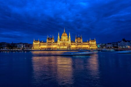 Photo pour View of the Hungarian Parliament and the Danube River during the blue hour in Budapest, Hungary - image libre de droit
