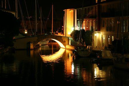 Nuit sur les canaux de port grimaud