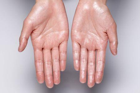 Photo pour glossy hand. wet hands. - image libre de droit