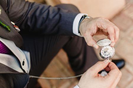 Photo pour Old pocket watch in the hands of a man - image libre de droit