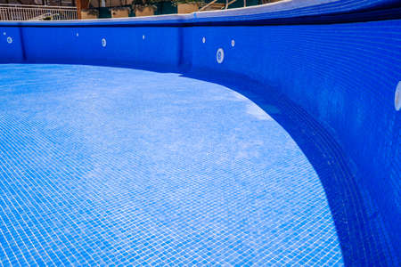 Photo pour Cleaning an empty swimming pool in a residential - image libre de droit
