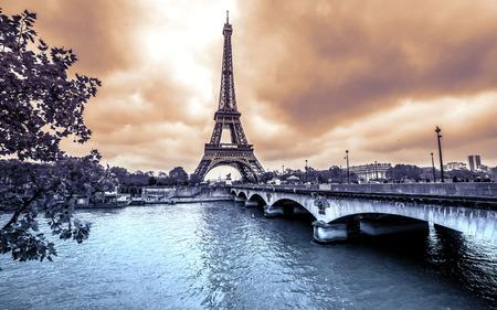 Foto de Eiffel Tower from Seine. Winter rainy day in Paris - Imagen libre de derechos