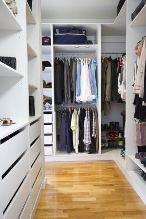 Photo pour Modern walk in wardrobe in a contemporary home - image libre de droit
