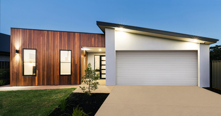 Photo pour Contemporary new Australian home lighting at dusk - image libre de droit