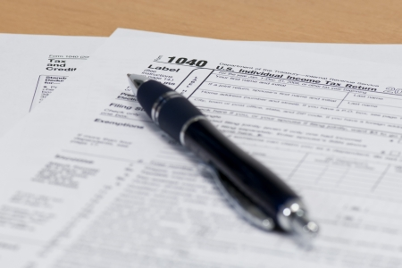 Photo pour Close up of a 1040 IRS Tax Form with a Blue Pen - image libre de droit
