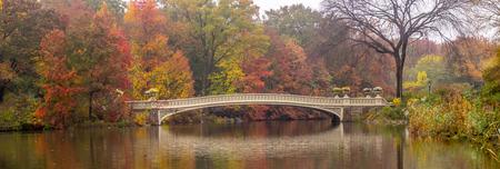 Photo pour Autumn at the Bow bridge in Central Park, New York City - image libre de droit