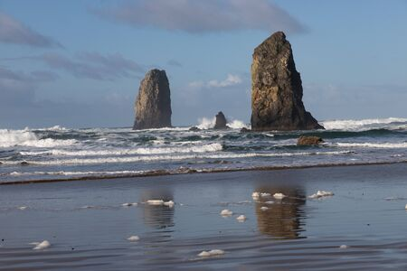 Photo pour Haystack rock in the morning sun - image libre de droit