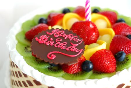 Photo pour Birthday cake with mixed fruits on the top - image libre de droit