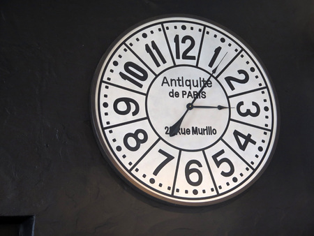 Photo pour Wooden wall mounted designer clock in bar in Tarifa, Andalusia - image libre de droit
