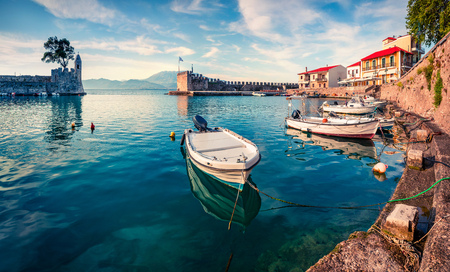 Photo pour Colorful spring view of the Nafpaktos port. Fantastic morning scene of the Gulf of Corinth, Greece, Europe. - image libre de droit