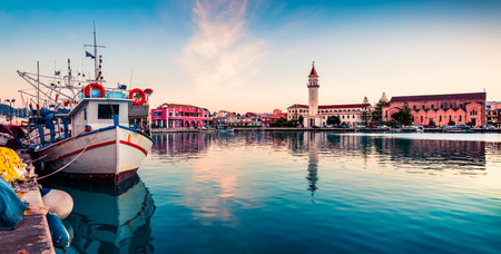 Photo pour Picturesque spring sunset in the Zakynthos city. Great evening view of the town hall and Saint Dionysios Church, Ionian Sea, Zakynthos island, Greece, Europe. - image libre de droit