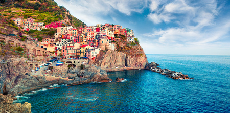 Photo pour Second city of the Cique Terre sequence of hill cities - Manarola. Colorful spring morning in Liguria, Italy, Europe. Picturesqie seascape of Mediterranean sea. Traveling concept background. - image libre de droit