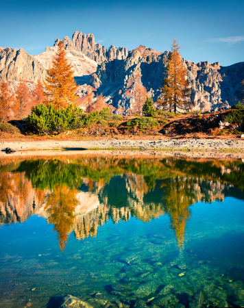 Photo pour Splendid autumn view of Limides Lake. Colorful morning view of Dolomite Alps, Falzarego pass, Cortina d'Ampezzo lacattion, Italy, Europe. Beauty of nature concept background. - image libre de droit