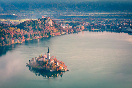 Photo pour Aerial view of church of Assumption of Maria on the Bled lake. Foggy autumn landscape in Julian Alps, Slovenia, Europe. Beauty of countryside concept background. - image libre de droit
