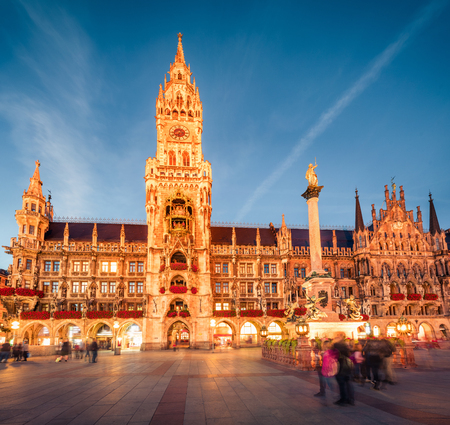 Photo pour Impressive evening view of Marienplatz - City-center square & transport hub with towering St. Peter's church, two town halls and a toy museum, Munich, Bavaria, Germany, Europe. - image libre de droit