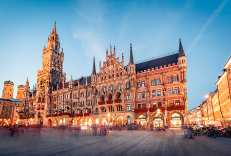 Photo pour Great evening view of Marienplatz - City-center square & transport hub with towering St. Peter's church, two town halls and a toy museum, Munich, Bavaria, Germany, Europe. - image libre de droit