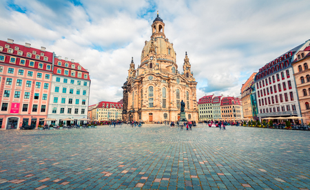 Foto de Gorgeous morning view of Baroque church - Frauenkirche, reconsecrated in 2005 after being destroyed in World War II. Picturesque autumn cityscape of Dresden, Saxony, Germany, Europe. - Imagen libre de derechos