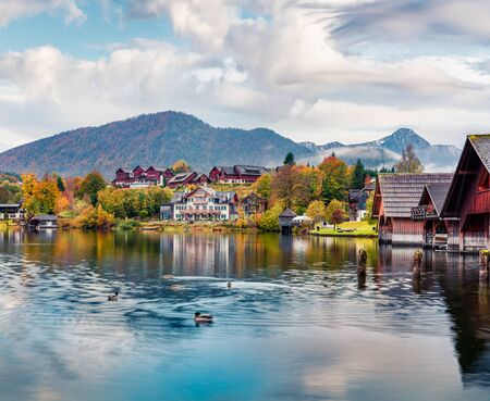 Photo pour Attractive autumn view of Grundlsee lake. Amazing morning scene of Brauhof village, Styria stare of Austria, Europe. Colorful view of Alps. Traveling concept background. - image libre de droit
