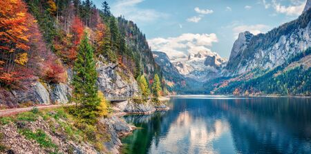 Photo pour Beautiful autumn panorama of Vorderer ( Gosausee ) lake with Dachstein glacier on background. Splendid morning view of Austrian Alps, Upper Austria, Europe. Orton Effect. - image libre de droit