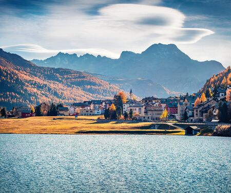 Photo pour Stunning autumn cityscape of Silvaplana town. Splendid morning view of Lake Champfer, Upper Engadine in the Swiss canton of the Grisons, Switzerland, Europe. Traveling concept background. - image libre de droit