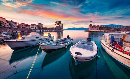 Photo pour Sunrise in popular touristic destination - Nafpaktos port. Fantastic morning view of Gulf of Corinth, Greece, Europe. Fantastic seascape of Ionian sea. Traveling concept background. - image libre de droit