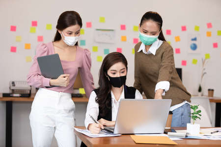 Photo pour Group of business young woman wearing face mask meeting and working together for discussion and brainstroming to get ideas or marketing solution with social distance due virus pandemic - image libre de droit