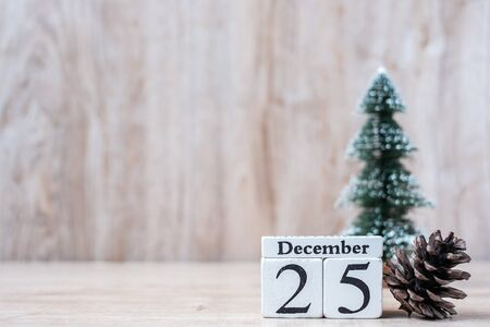 Photo pour 25 December calendar with Christmas decoration, snowman, Santa claus and pine tree  on wooden table background, preparation for holiday, Happy New Year and Xmas Concept - image libre de droit