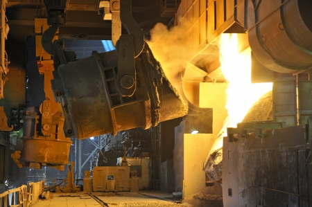 Molten hot metal pouring
