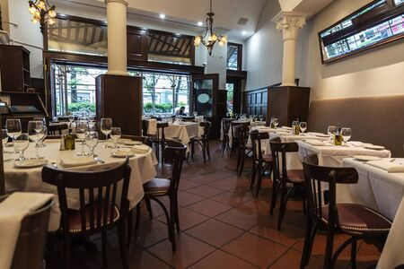 Photo pour New York City, USA - August 3, 2018: Interior of a luxury restaurant with empty tables ready in Manhattan, New York City, USA - image libre de droit