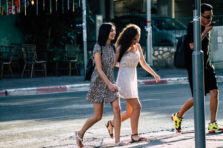 Photo pour Tel Aviv Israel June 17, 2019 View of unknown Israeli people walking in the streets of Tel Aviv in the afternoon - image libre de droit