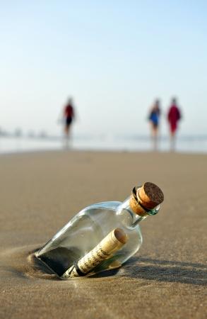 Photo pour Message in a bottle on the beach - image libre de droit