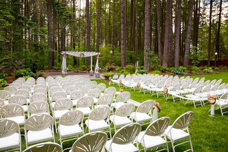 Foto de Wedding venue in Oregon has natural trees and beautiful guest seating amidst tall trees. - Imagen libre de derechos