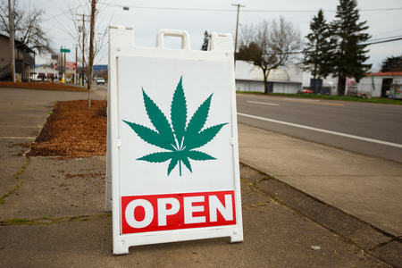 Photo pour SPRINGFIELD, OR - FEBRUARY 16, 2016: Marijuana dispensaries like this one have popped up in large number due to a law change in Oregon legalizing pot for recreational purposes. - image libre de droit