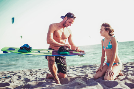 Photo pour Man instructor teaches the young girl in kite surfing - image libre de droit