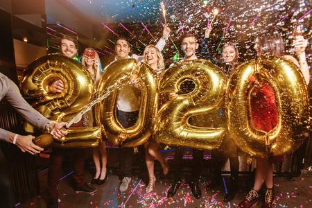 Photo pour New year party celebration with friends in the club - image libre de droit