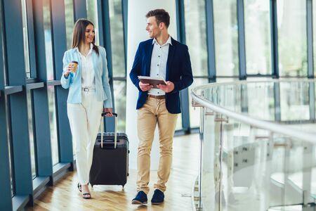 Photo pour Businesswomen hold luggage travel to business trip. - image libre de droit