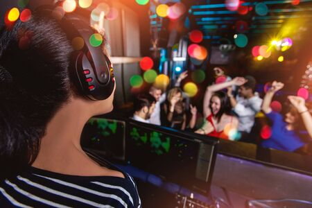 Photo pour Group of friends partying in a nightclub - image libre de droit