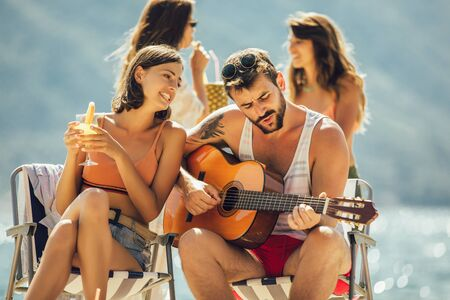 Photo pour Young friends having fun at the beach on a sunny day. Party time. - image libre de droit