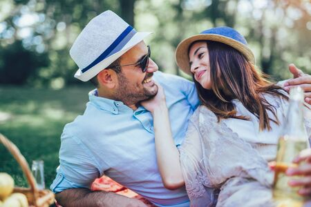 Photo pour Beautiful young couple enjoying picnic time outdoor - image libre de droit