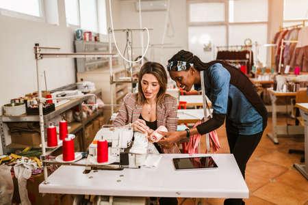 Photo pour Dressmaker woman working with sewing machine - image libre de droit