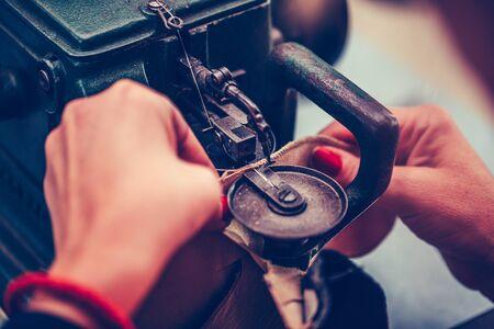 Photo pour The process of sewing shoes on a sewing machine. Shoe production. - image libre de droit
