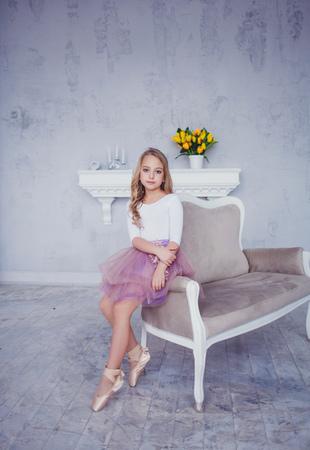 Photo pour Little ballerina in tutu skirt, studio atmosphere - image libre de droit
