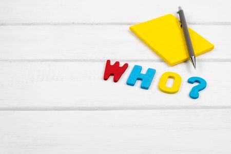 Foto de Who wording on white wood background - concept of 5 Ws wh questions - Imagen libre de derechos