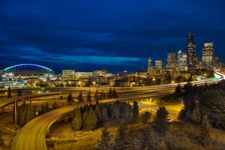 Photo pour Seattle Downtown Skyline and Freeway Light Trails at Blue Hour - image libre de droit