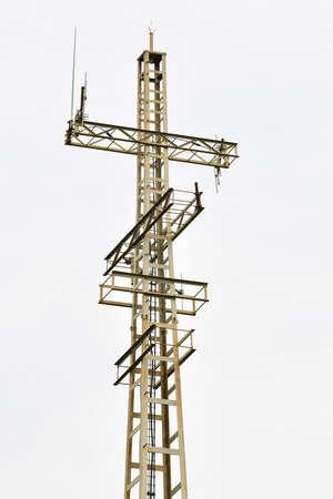 Photo pour Communications tower on a cloudy sky background - image libre de droit