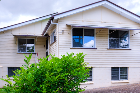 Photo pour Facade of a regular size, simple house - image libre de droit